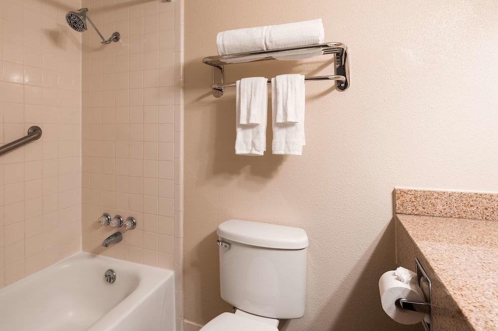 Standardzimmer, 1King-Bett, Nichtraucher, Kühlschrank und Mikrowelle - Badezimmer