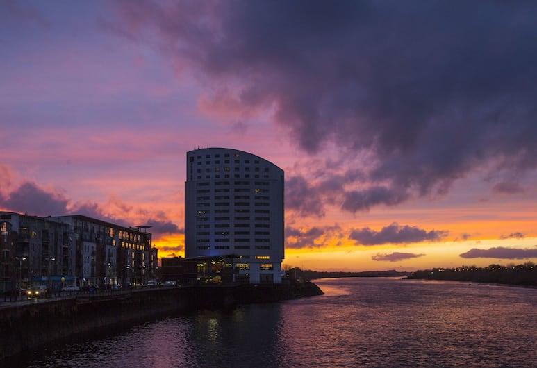 Clayton Hotel Limerick, Лимерик, Фасад отеля вечером/ночью