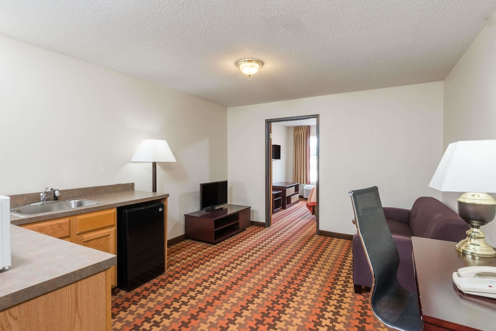 Super 8 By Wyndham Cloverdale Suite 1 King Bed Non Smoking