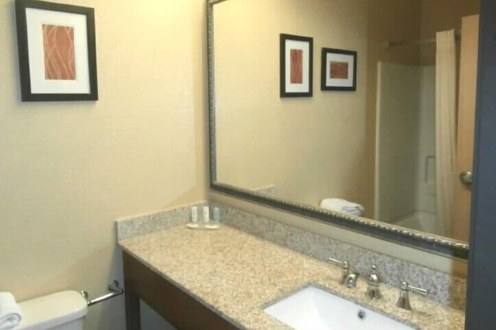 Standard Δωμάτιο, 2 Queen Κρεβάτια, Μη Καπνιστών - Νιπτήρας μπάνιου