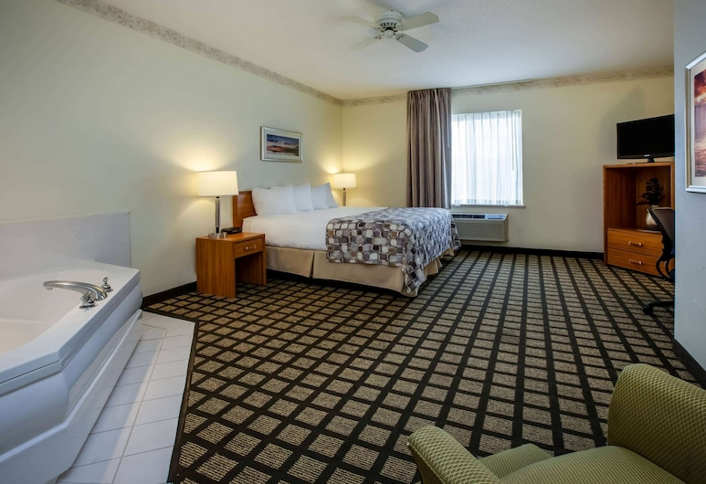 Baymont by Wyndham Mackinaw City, Mackinaw City, Suite, 1 King Bed, Jetted Tub, Guest Room