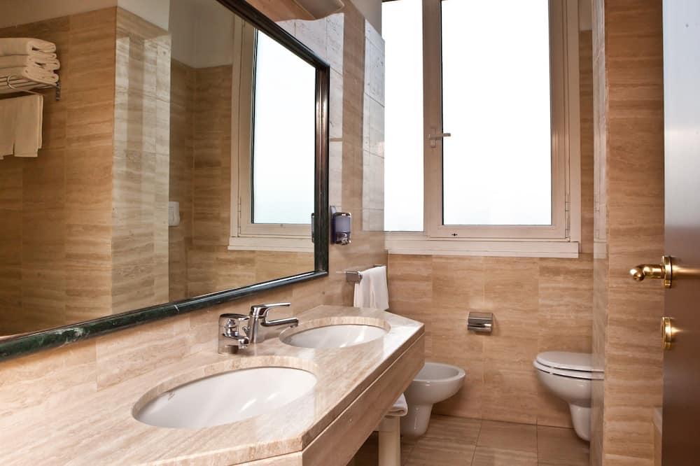 Чотиримісний номер категорії «Комфорт» - Ванна кімната