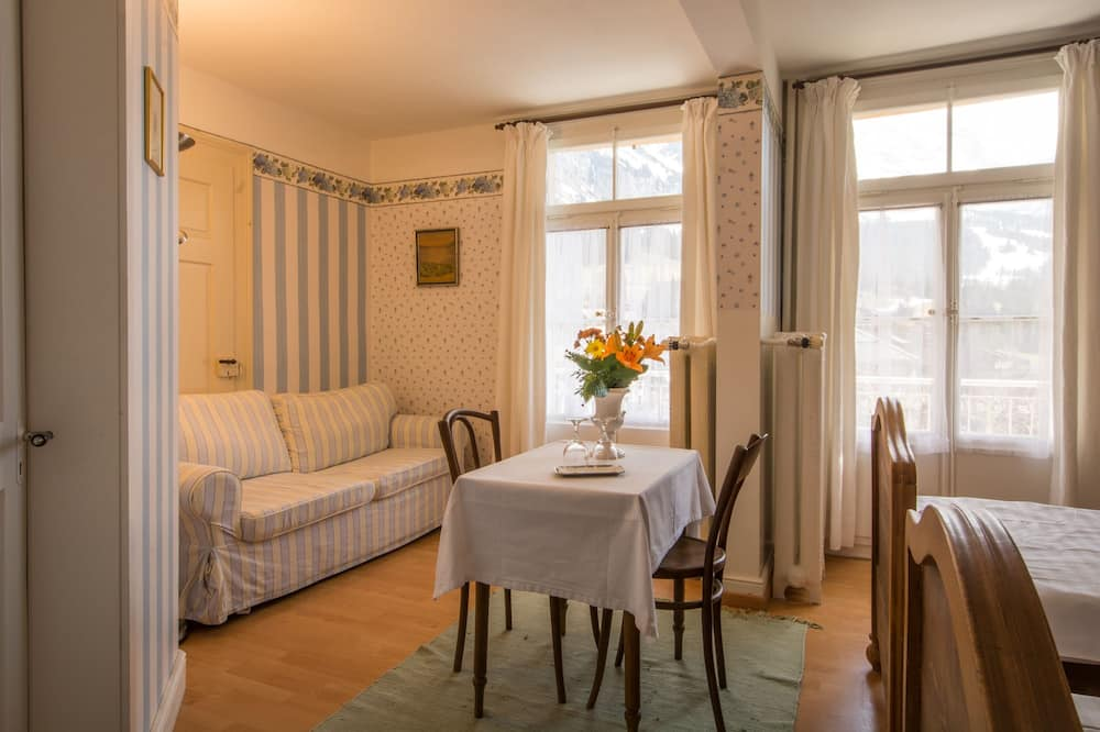 Superior Double or Twin Room, Garden View - In-Room Dining