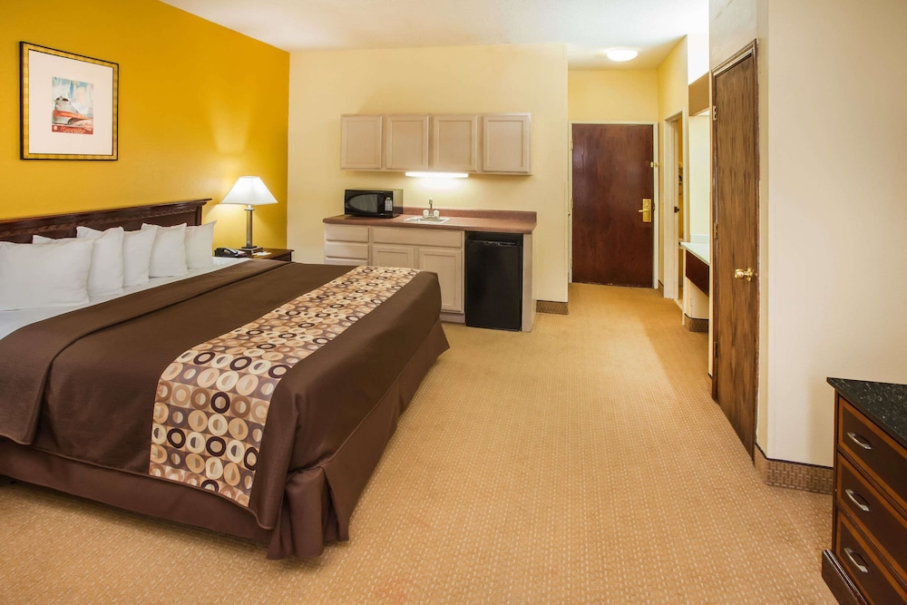 Days Inn Suites By Wyndham Harvey Chicago Southland Suite 1