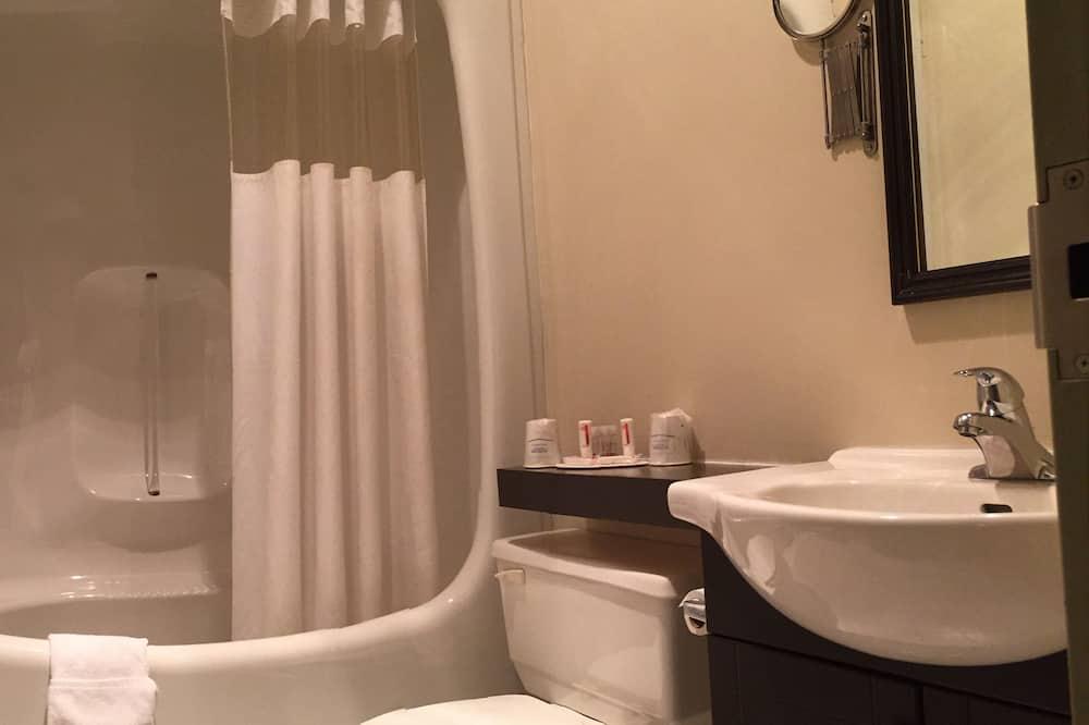 Standard szoba, 1 queen (nagyméretű) franciaágy és egy kihúzható kanapé, nemdohányzó - Fürdőszoba