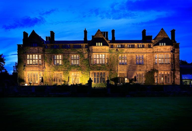Gisborough Hall, Guisborough, Fasada hotelu — wieczorem/nocą