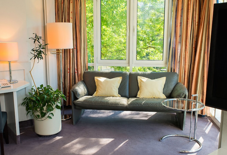 Fontana Hotel Wiesbaden, Wiesbaden, Junior-Suite, 1 Schlafzimmer, Nichtraucher, Blick auf die Anlage, Wohnzimmer