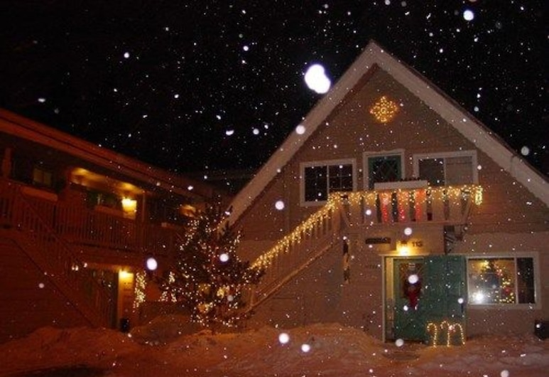 Cinnamon Bear Inn, Mammoth Lakes, Hotel Front – Evening/Night