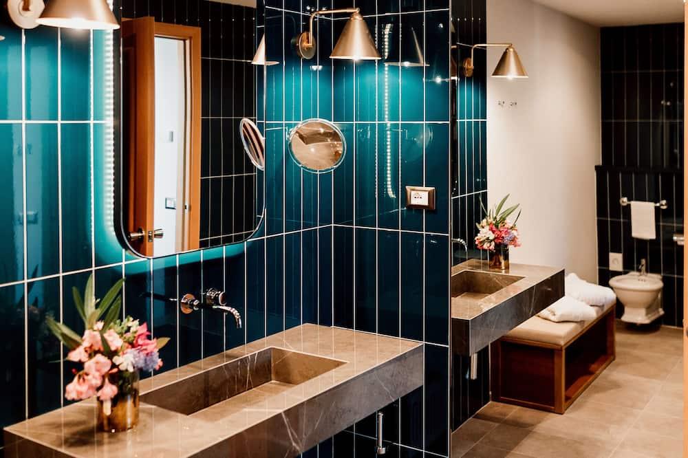 Deluxe Double Room, 1 Double Bed, Balcony (Renovated) - Bathroom