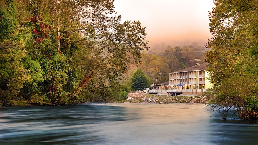 Best Western Plus River Escape Inn Suites Dillsboro