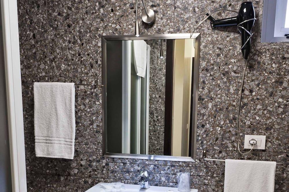 Kambarys šeimai, Kelios lovos - Vonios kambarys