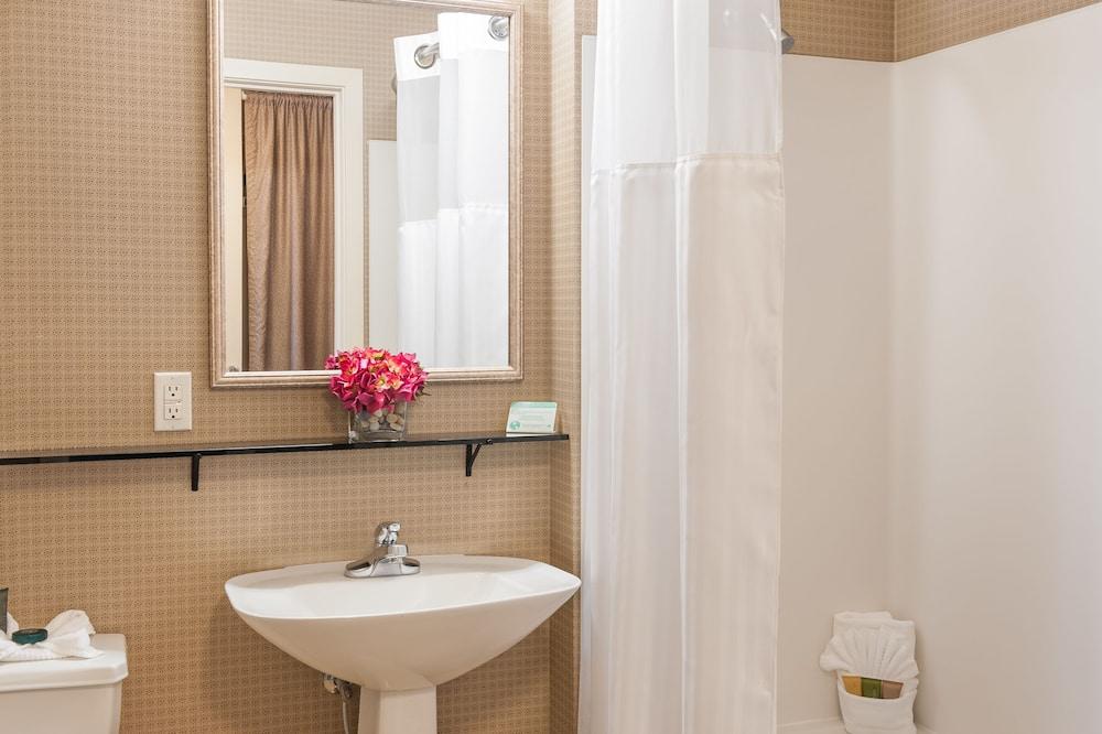 Standard Room, 1 Queen Bed, Non Smoking, Kitchenette - Bathroom