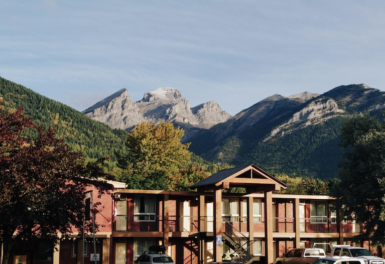 Canadas Best Value Inn & Suites Fernie, Fernie, חזית המלון