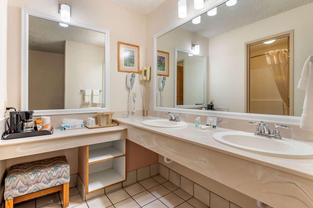 Izba typu Business, 1 veľké dvojlôžko, bezbariérová izba, nefajčiarska izba - Kúpeľňa