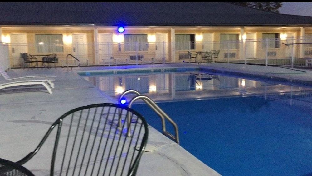 Greenwood Inn Demopolis Outdoor Pool