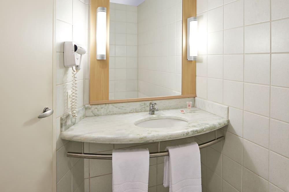 Стандартные апартаменты, 1 двуспальная кровать, для людей с ограниченными возможностями - Раковина в ванной комнате