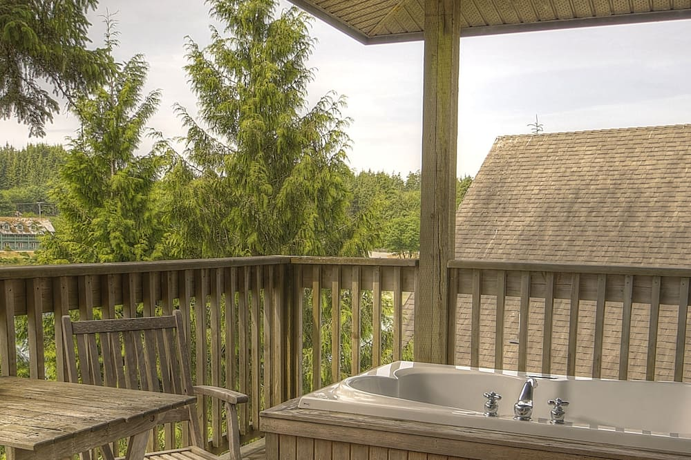 Deluxe Two Bedroom Queen Suite with Outdoor Tub, Full Kitchen and Harbor View - Outdoor Spa Tub