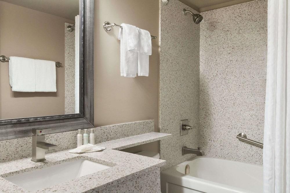 Номер-люкс, 1 ліжко «квін-сайз», для некурців, міні-кухня - Ванна кімната