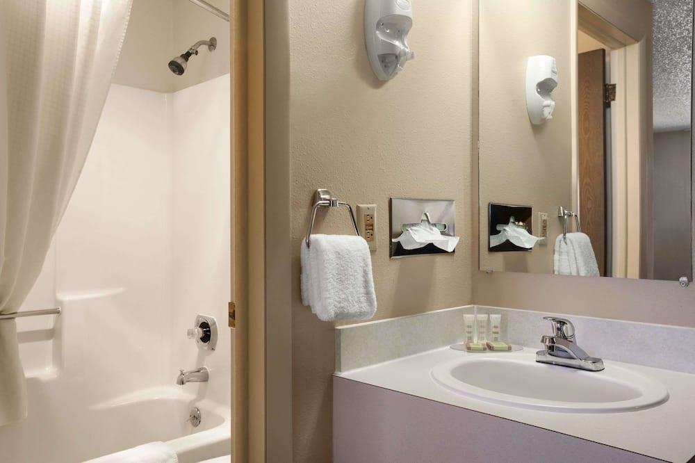 Efficiency, Standard Room, 2 Queen Beds - Bathroom