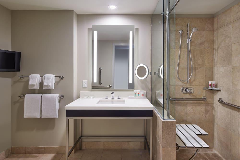 Executive-huone, 2 keskisuurta parisänkyä (Roll In Shower) - Kylpyhuone
