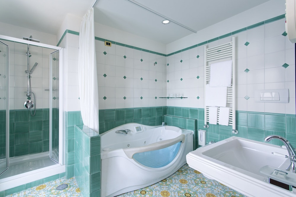 Book lloyd 39 s baia hotel in vietri sul mare for Arredo bagno hotel