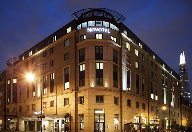 Novotel London Bridge, London, Hotelfassade am Abend/bei Nacht