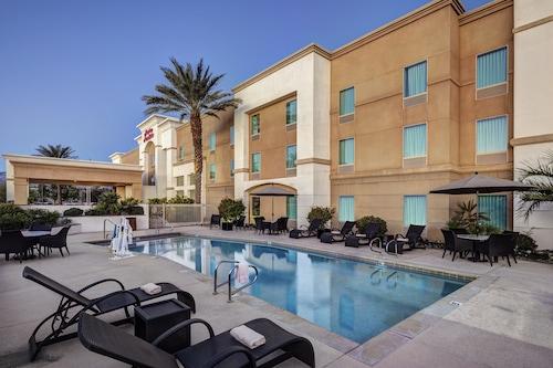 棕櫚沙漠歡朋套房飯店/