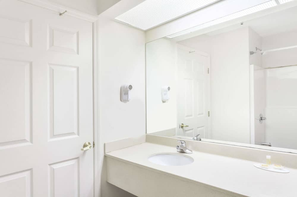 Room, 2 Queen Beds, Accessible, Non Smoking (Mobility) - Bathroom
