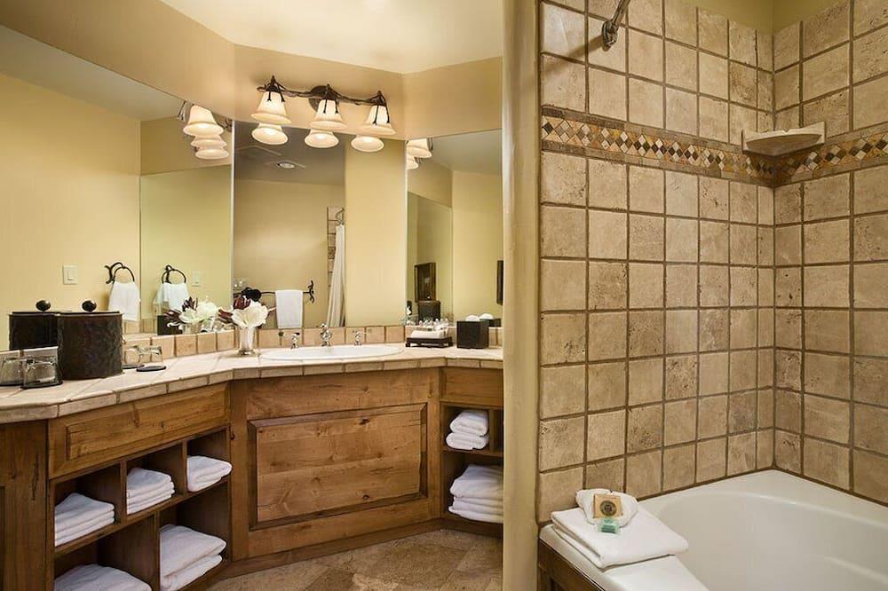 Basic Room (Upper Level King Fireplace) - Bilik mandi