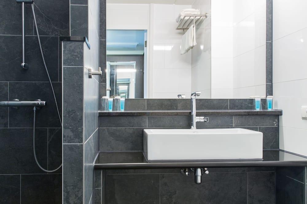 Deluxe Room, 2 Twin Beds - Bathroom