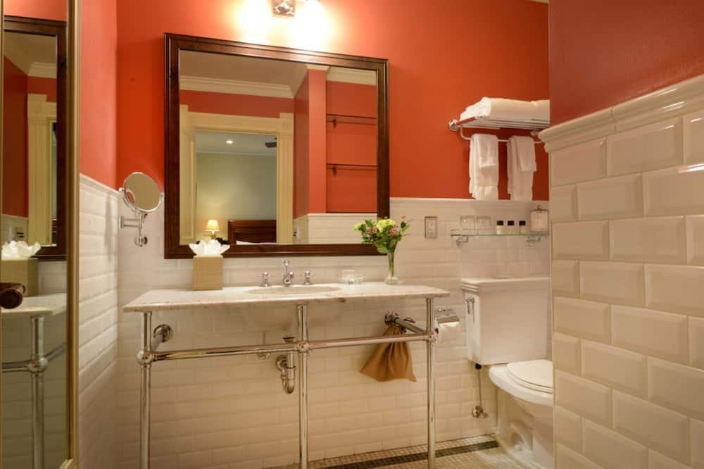 Standard Room, 1 King Bed (Cozy Interior Rooms) - Bathroom