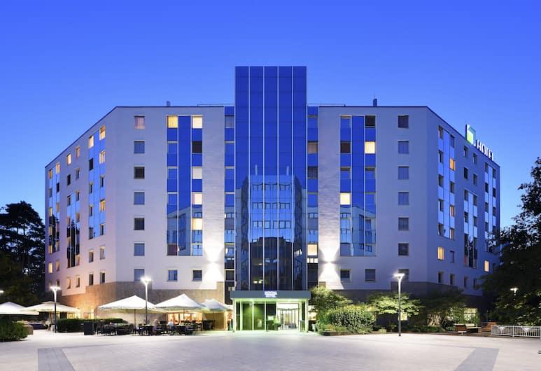 NOVINA HOTEL Südwestpark Nürnberg, Nürnberg, Hotelfassade am Abend/bei Nacht