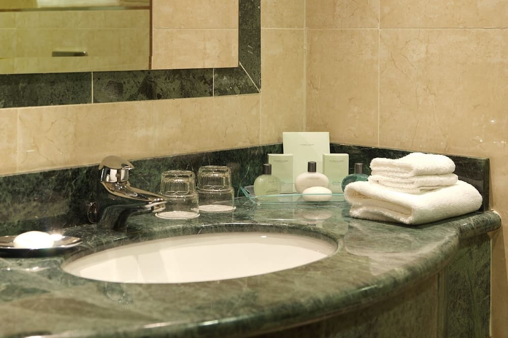Superior Deluxe Room - Bathroom