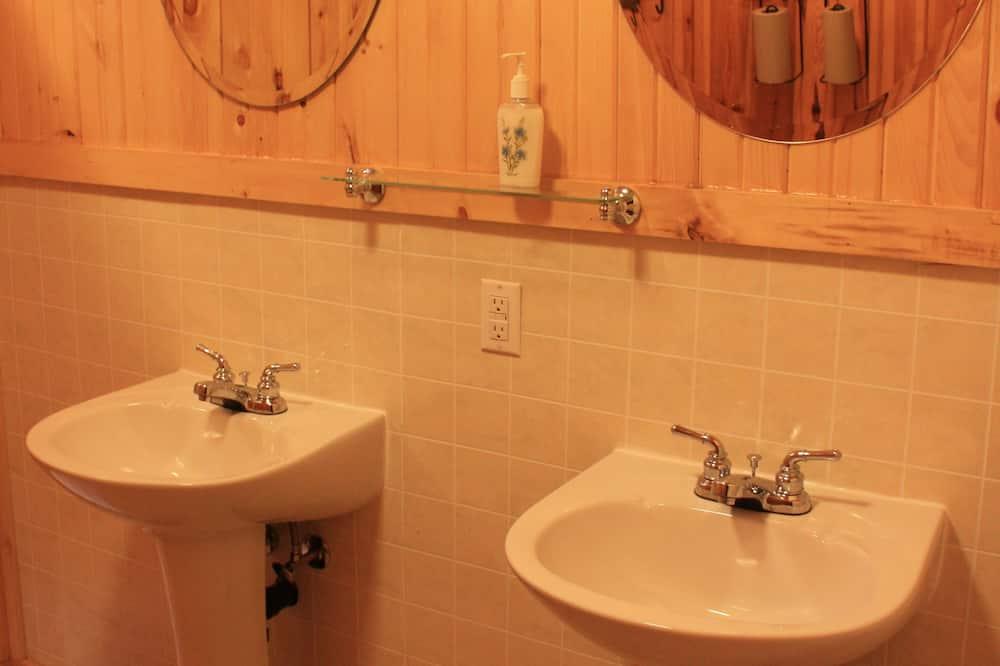 Camera doppia, bagno condiviso - Lavandino