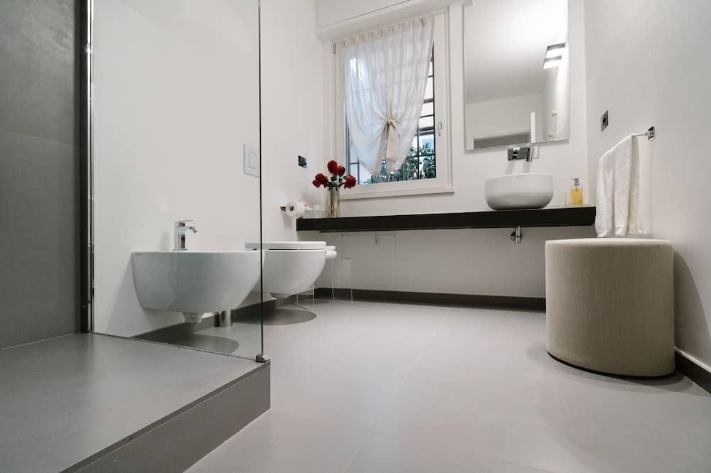 Estúdio Exclusivo, 1 cama queen-size, Terraço, Edifício Anexo - Casa de banho
