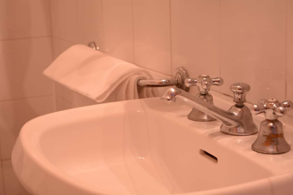 Doppelzimmer, eigenes Bad - Badezimmer