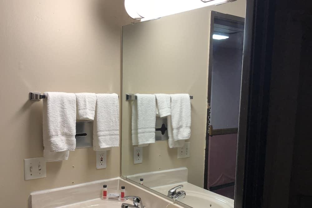 Economy Double Room, 1 King Bed, Non Smoking - Bathroom Sink