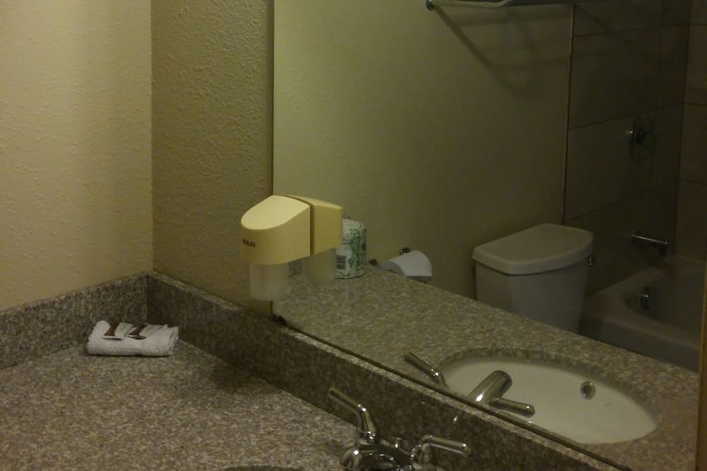 Chambre, 1 très grand lit - Salle de bain