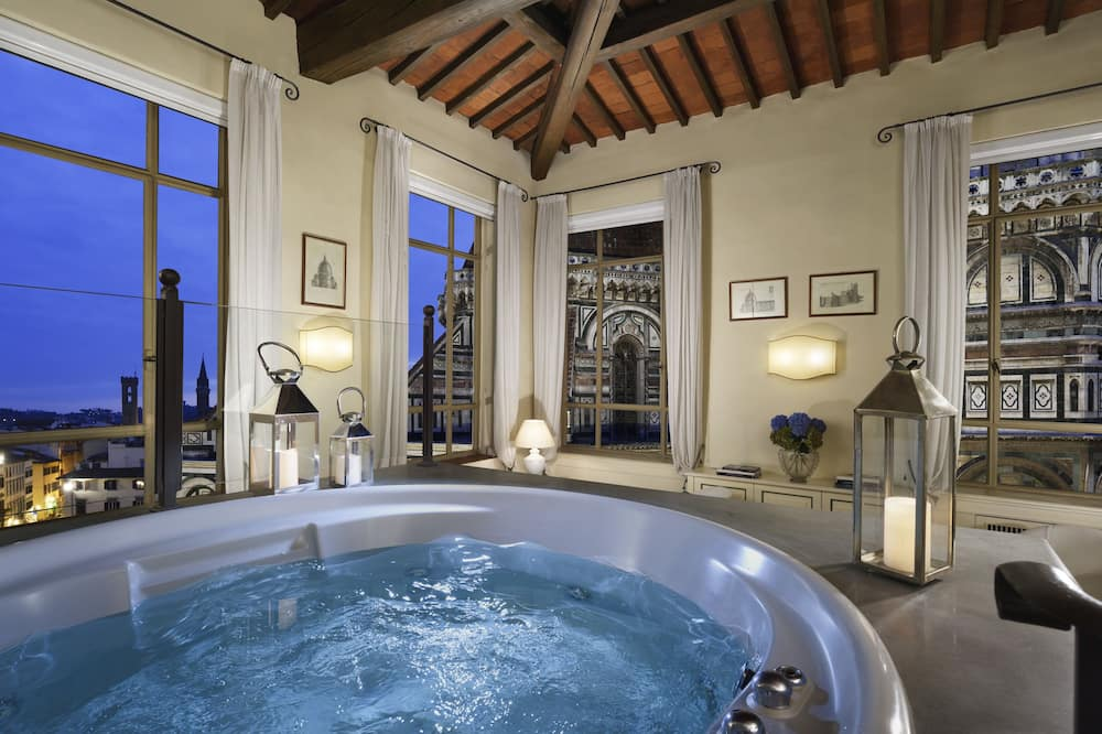 Deluxe Suite, City View - Private spa tub
