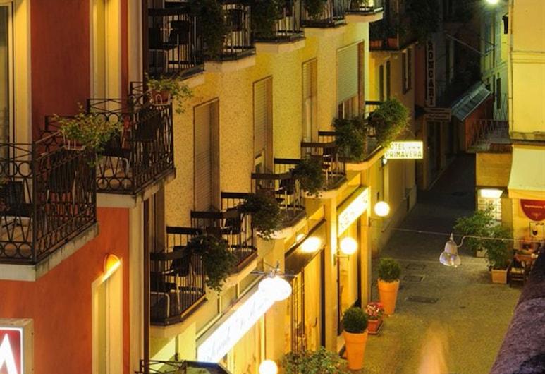 Hotel Primavera, Stresa, Fachada del hotel de noche