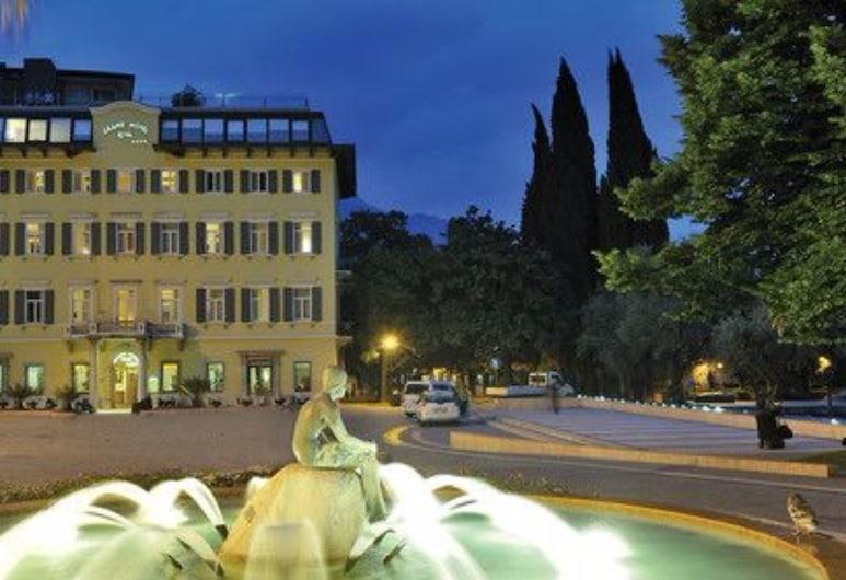 Grand Hotel Riva, Riva del Garda, Fassaad õhtul/öösel