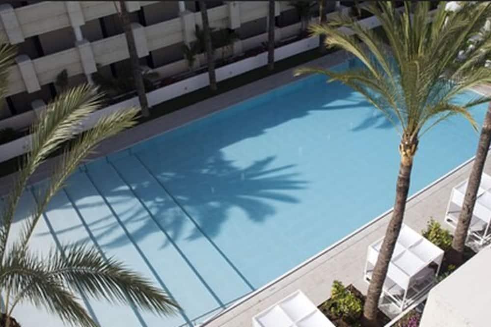 Dvojlôžková izba typu Deluxe, výhľad na bazén (2 adults + 1 child) - Výhľad z hosťovskej izby