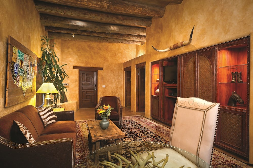 Deluxe Room, Multiple Beds, Multiple View (Global 2BR Suite) - Living Area