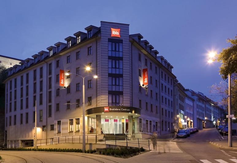 ibis Bratislava Centrum, Bratislava, Façade de l'hôtel - Soir/Nuit