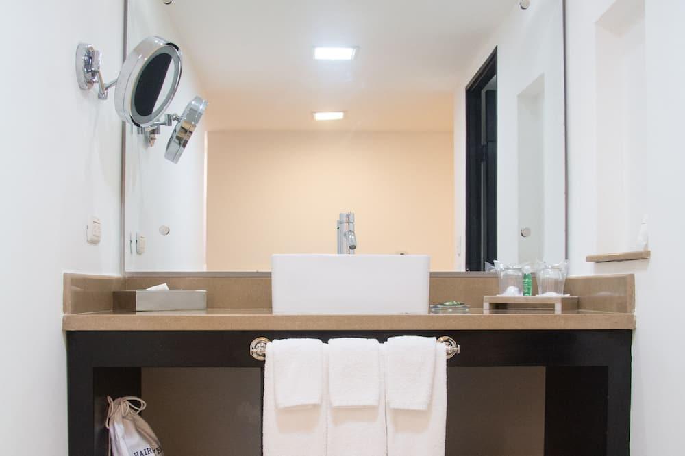 Phòng, 2 giường cỡ queen, Không hút thuốc (1 bedroom) - Phòng tắm