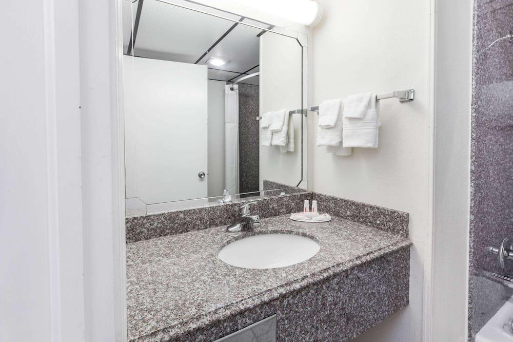 Room, 1 Queen Bed, Smoking - Bathroom