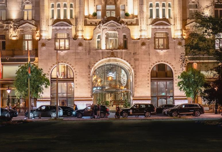 Four Seasons Gresham Palace, Budapest, Fachada del hotel de noche