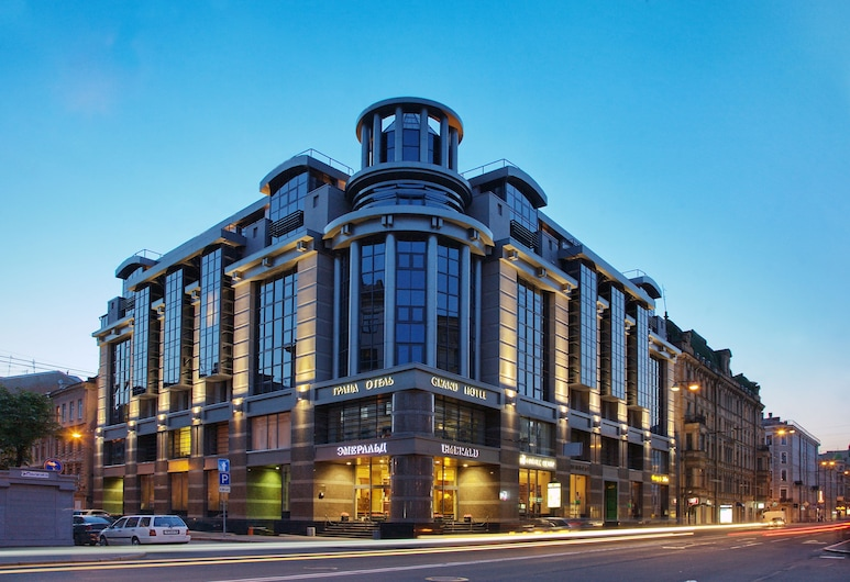 Grand Hotel Emerald, St. Petersburg, Hotellfasad - kväll