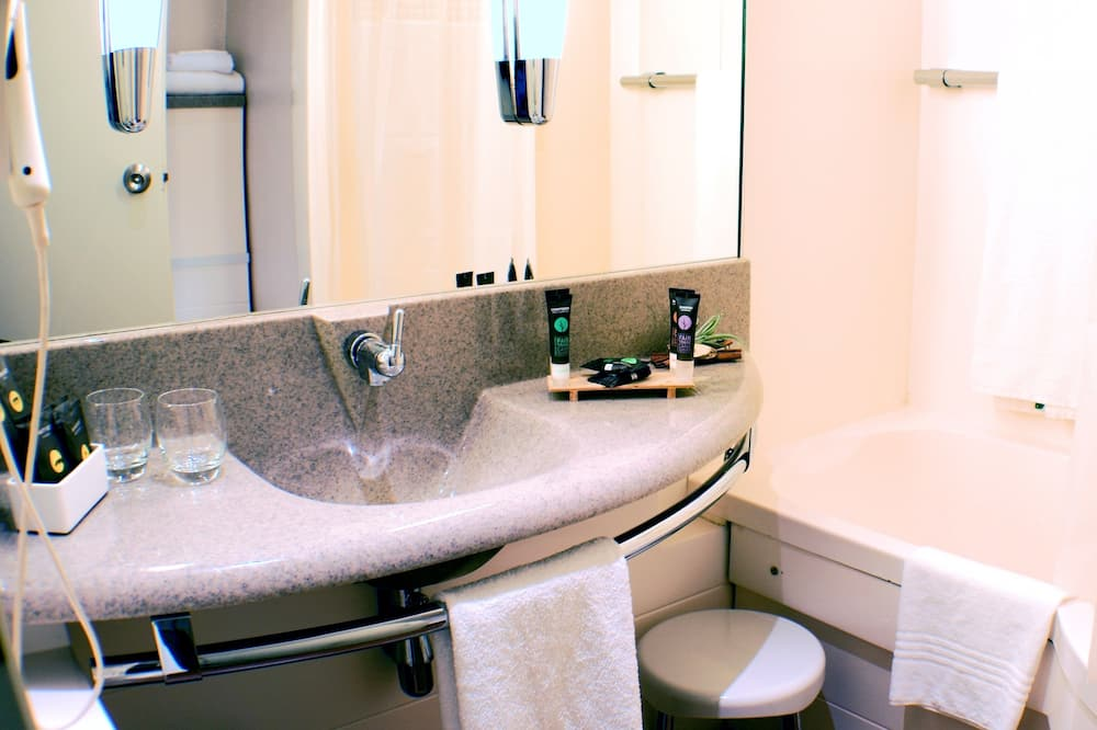 Phòng đôi Executive, 1 giường đôi và sofa giường - Chậu rửa trong phòng tắm