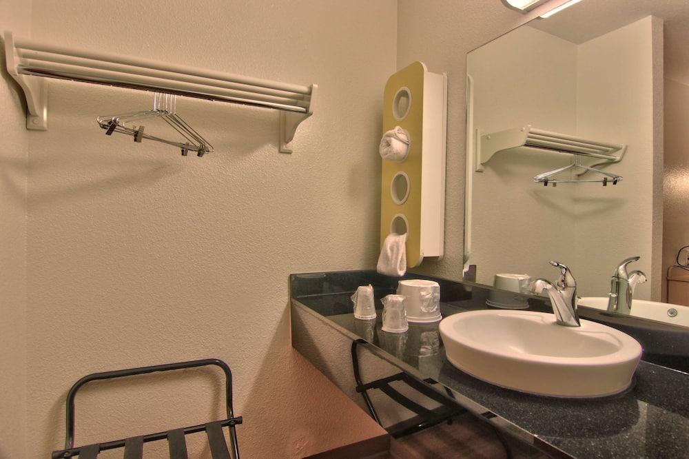 Standard Room, 2 Double Beds, Non Smoking, Refrigerator - Bathroom